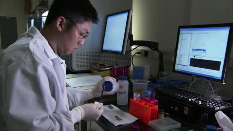 En-El-Centro-De-Secuenciación-Del-Genoma-Del-Gobierno-De-Los-EE-UU-Se-Analiza-El-ADN-En-El-Laboratorio-22