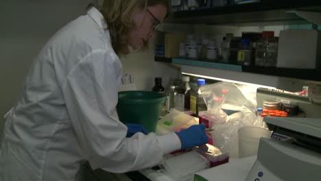 En-El-Centro-De-Secuenciación-Del-Genoma-Del-Gobierno-De-Los-EE-UU-Se-Analiza-El-ADN-En-El-Laboratorio-27