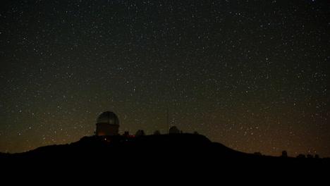 Hermosa-Foto-De-Timelapse-De-Un-Observatorio-En-La-Noche-1