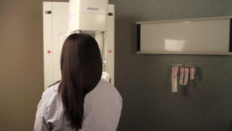 Una-Mujer-Recibe-Una-Mamografía-Digital