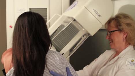 Eine-Frau-Erhält-Eine-Digitale-Mammographie-1