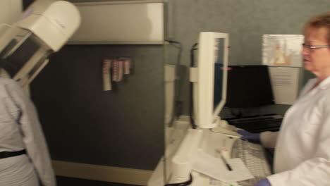Eine-Frau-Erhält-Eine-Digitale-Mammographie-2