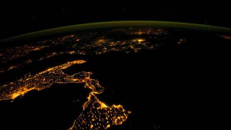 Die-Internationale-Raumstation-Fliegt-Nachts-über-Die-Erde-8