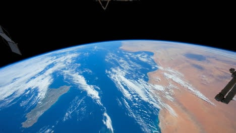 The-International-Espacio-Station-Flies-Over-The-Earth-By-Day