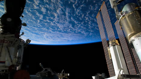 The-International-Espacio-Station-Flies-Over-The-Earth-3