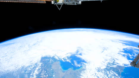 The-International-Espacio-Station-Flies-Over-The-Earth-By-Day-4