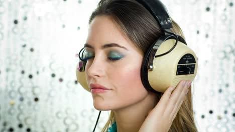 Mujer-relajante-escuchando-música-10