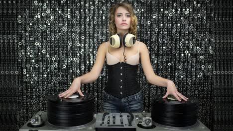 Mujer-DJ-Record-Pile-00