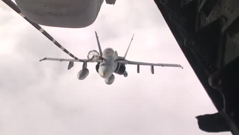 A-Us-Navy-F18-Refuels-In-Midair