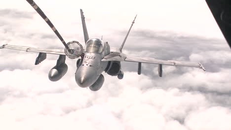 A-Us-Navy-F18-Refuels-In-Midair-2