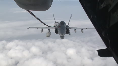 A-Us-Navy-F18-Refuels-In-Midair-3