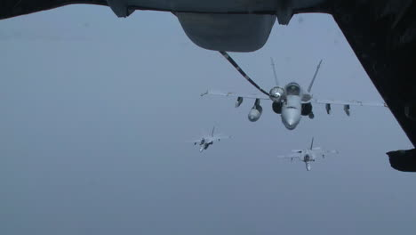 A-Us-Navy-F18-Refuels-In-Midair-4