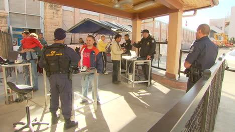 La-Protección-De-Fronteras-Y-Aduanas-De-EE-UU-Inspecciona-A-Los-Peatones-Que-Cruzan-Desde-México-A-Los-Estados-Unidos-7