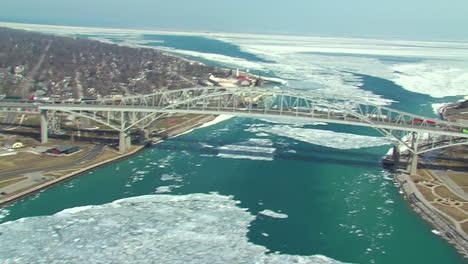 Antenas-Sobre-La-Frontera-Estadounidense-De-Canadá-En-Port-Huron-Y-El-Blue-Water-Bridge-1