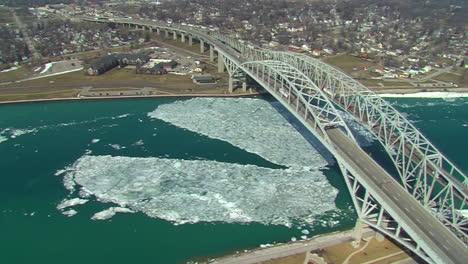 Antenas-Sobre-La-Frontera-Estadounidense-De-Canadá-En-Port-Huron-Y-El-Blue-Water-Bridge-2