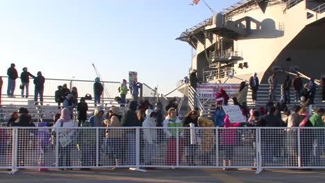 Las-Familias-De-La-Marina-Dan-La-Bienvenida-A-Los-Militares-Desde-Un-Portaaviones