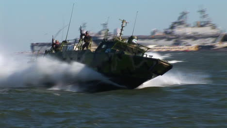 Los-Barcos-De-Comando-Fluviales-Salen-De-Un-Portaaviones-Con-Un-Equipo-De-Ataque-A-Bordo