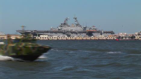 Los-Barcos-De-Mando-Fluviales-Salen-De-Un-Portaaviones-Con-Un-Equipo-De-Ataque-A-Bordo-3