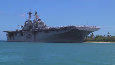 Un-Portaaviones-Estadounidense-Bonhomme-Richard-Navega-Hacia-El-Puerto-Cerca-De-Hawaii-1