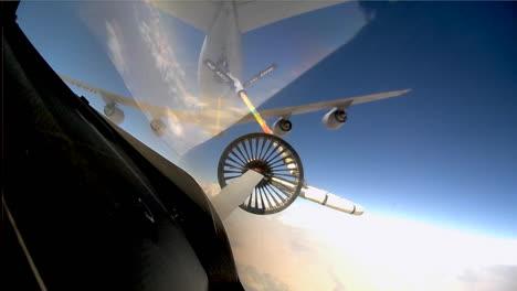 Disparos-Pov-Desde-La-Cabina-De-Un-Avión-De-Combate-Mientras-Se-Reposta-En-El-Aire