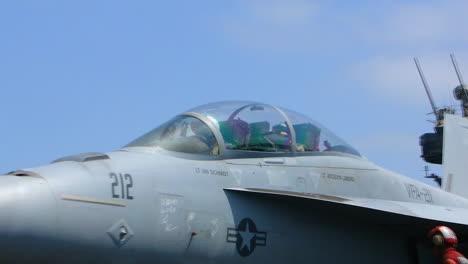 Un-Avión-De-Combate-Despega-De-Un-Portaaviones-1