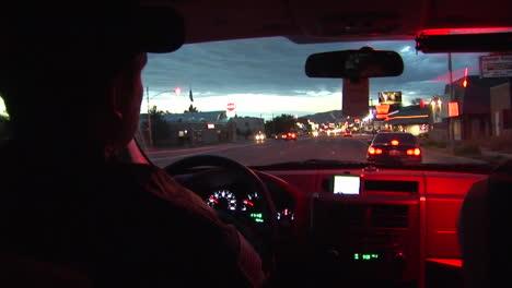 Ein-Streifenwagen-Der-Polizei-Macht-Eine-Verkehrskontrolle