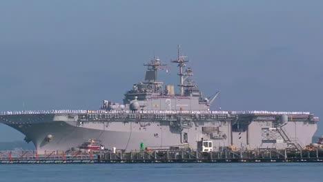 Las-Familias-De-La-Marina-Dan-La-Bienvenida-A-Los-Militares-Desde-Un-Portaaviones-6