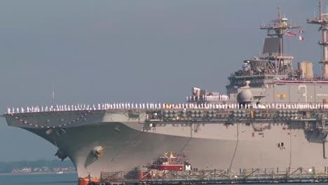 Las-Familias-De-La-Marina-Dan-La-Bienvenida-A-Los-Militares-Desde-Un-Portaaviones-7