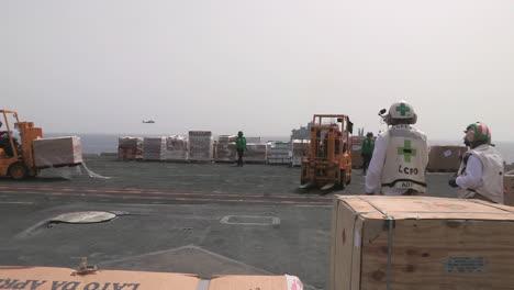 La-Cubierta-De-Un-Portaaviones-Estadounidense-Está-Preparada-Para-Un-Puente-Aéreo-Humanitario-3