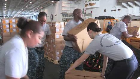 La-Cubierta-De-Un-Portaaviones-Estadounidense-Está-Preparada-Para-Un-Puente-Aéreo-Humanitario-5