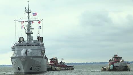 Un-Barco-De-La-Marina-Francesa-Navega-En-El-Océano
