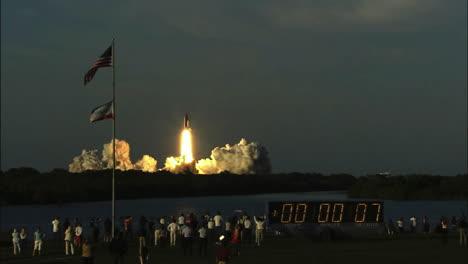 Das-Space-Shuttle-Hebt-Von-Seiner-Startrampe-Ab-5