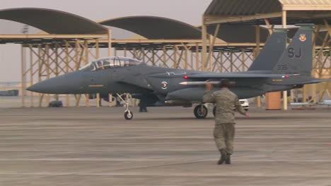 Un-Avión-De-Combate-F15-Taxis-Y-Se-Detiene