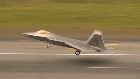 The-F22-Raptor-Takes-Off-From-An-Airfield