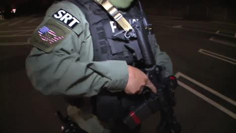 Un-Equipo-Swat-Usa-Armas-Y-Vehículos-De-Estilo-Militar-En-El-Estacionamiento-De-Un-Centro-Comercial