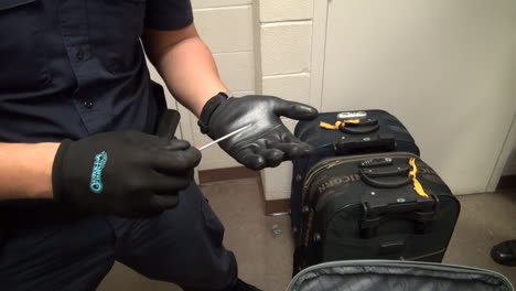 Homeland-Security-Agents-Find-Heroin-In-Suitcases-At-An-Airport-3