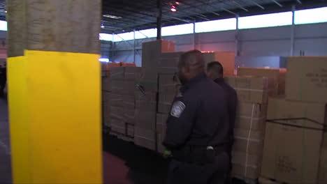 Agentes-De-Seguridad-Nacional-Buscan-Plomo-En-Juguetes-En-Una-Instalación-De-Envío-2