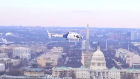 El-Helicóptero-De-Protección-De-Fronteras-Y-Aduanas-De-EE-UU-Vuela-Contra-El-Horizonte-De-La-Capital-De-EE-UU-