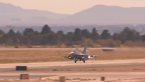 F16-Kampfjets-Starten-Vom-Luftwaffenstützpunkt-Nellis-In-Las-Vegas