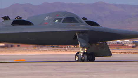 El-Air-Forcer-B2-Stealth-Bombardero-Taxis-En-La-Pista-1