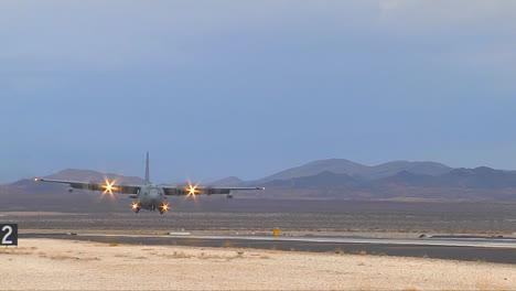 Un-C130-De-La-Fuerza-Aérea-Llega-Para-Un-Aterrizaje