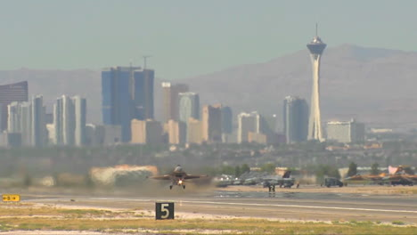 F16-Kampfjet-Startet-Vom-Luftwaffenstützpunkt-Nellis-In-Las-Vegas