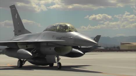 Kampfjets-Der-Pakistanischen-Luftwaffe-Taxi-Auf-Einem-Militärstützpunkt-1