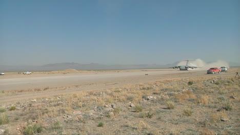 Un-Avión-De-Carga-C130-Despega-De-Una-Pista-De-Tierra-En-El-Desierto-