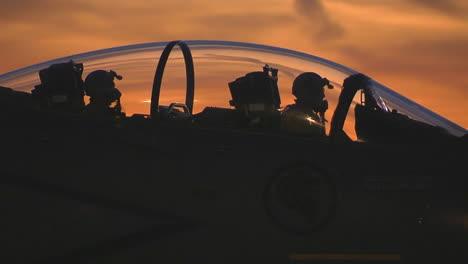 F15-Kampfjets-Taxis-Auf-Einer-Landebahn-Bei-Sonnenuntergang-1