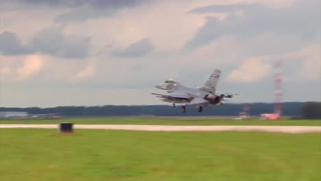 F16-Aterrizando-En-Una-Pista