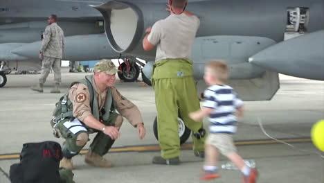 Un-Padre-De-La-Fuerza-Aérea-Saluda-A-Su-Familia-Al-Regresar-A-Casa-De-La-Guerra