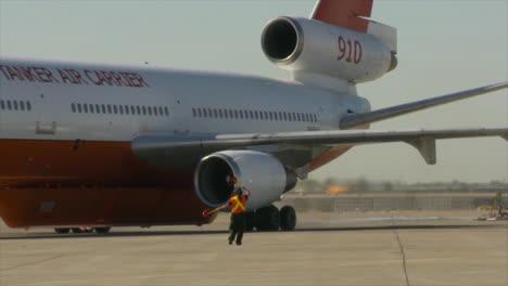 Gran-Taxi-De-Aviones-De-Ala-Fija-En-Su-Camino-Para-Combatir-Un-Incendio-Gran-Taxi-De-Aviones-De-Ala-Fija-En-Su-Camino-Para-Combatir-Un-Incendio