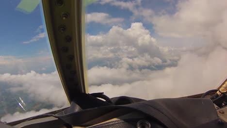 Pov-Aufnahme-Vom-Fliegen-Durch-Wolken-Aus-Einem-C130-Frachtflugzeug