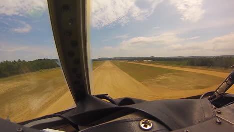 Tomas-Pov-De-Un-Avión-De-Carga-C130-Aterrizando-En-Una-Pista-De-Tierra
